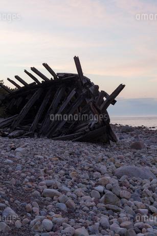 Sweden, Oland, Kauniainen, Wooden ship on beachの写真素材 [FYI02202251]