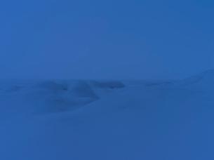 Finland, Pohjanmaa, Pietarsaari, Faboda, Winter landscape at duskの写真素材 [FYI02202260]