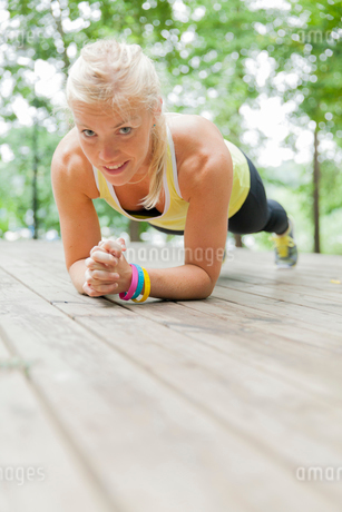Sweden, Sodermanland, Young woman in plank positionの写真素材 [FYI02202265]