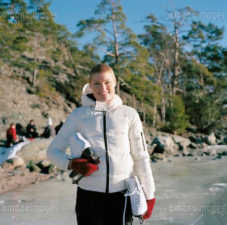 Sweden, Uppland, Varmdo, Bjorno, Portrait of mid adult woman holding ice skatesの写真素材 [FYI02202313]