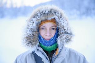 Sweden, Harjedalen, Portrait of mature woman in hoodの写真素材 [FYI02202424]