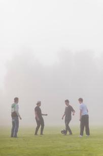 Sweden, Vastmanland, Teenage boys (14-15, 16-17) playing soccerの写真素材 [FYI02202430]
