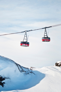 Sweden, Jamtland, Are, Cable railway over ski slopeの写真素材 [FYI02202447]