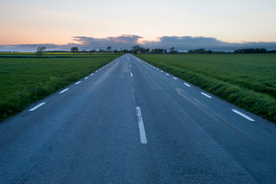 Sweden, Oland, Torngard, Asphalt road going through green meadowの写真素材 [FYI02202452]
