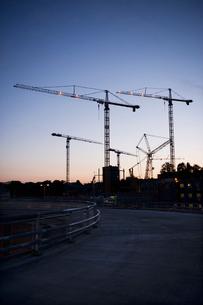 Sweden, Stockholm, Ostermalm, Vartahamnen, Construction site at duskの写真素材 [FYI02202467]