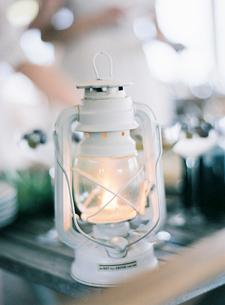 Sweden, White lantern burning on tableの写真素材 [FYI02202515]