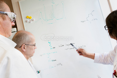 Sweden, Scientists writing chemical formulas on whiteboardの写真素材 [FYI02202538]