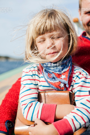 Norway, Little girl (4-5) with fatherの写真素材 [FYI02202550]