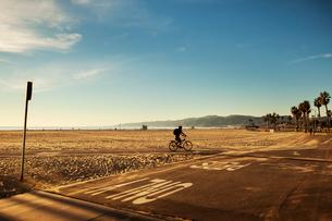 USA, California, Los Angeles, Venice Beach, One person cycling along beachの写真素材 [FYI02202551]