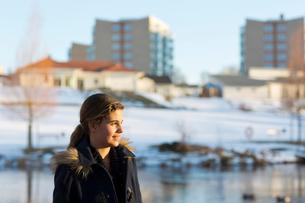 Sweden, Ostergotland, Mjolby, Portrait of smiling girl (12-13)の写真素材 [FYI02202556]