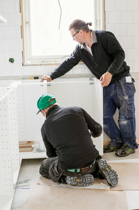 Sweden, Carpenters installing furnitureの写真素材 [FYI02202571]
