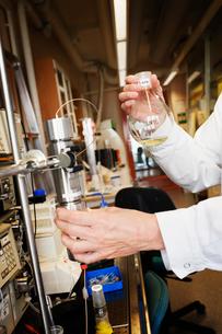 Sweden, Scientist doing experiment in labの写真素材 [FYI02202639]