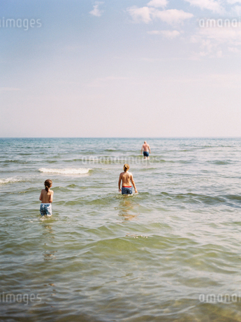 Sweden, Gotland, Two boys (8-9, 10-11) standing in sea waterの写真素材 [FYI02202646]