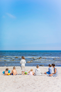 Sweden, Oland, Two women with children on beachの写真素材 [FYI02202648]
