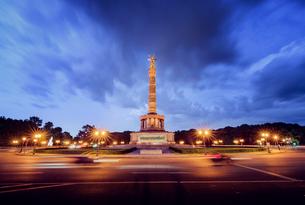 Germany, Berlin, Tiergarten, Illuminated Victory Column shot with long exposureの写真素材 [FYI02202675]