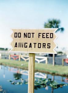 USA, Florida, Sanibel Island, Warning sign on wooden poleの写真素材 [FYI02202688]