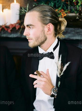 Sweden, Man holding cigarの写真素材 [FYI02202693]