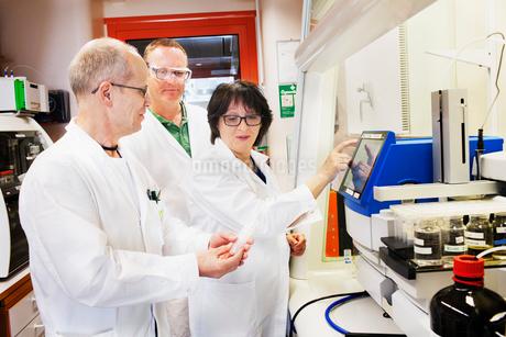Sweden, Scientists working in labの写真素材 [FYI02202694]