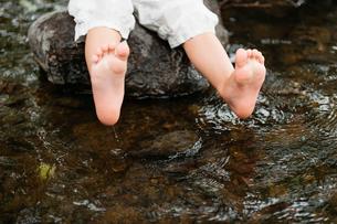 Sweden, Vastmanland, Baby boy (18-23 months) dipping feet in waterの写真素材 [FYI02202695]