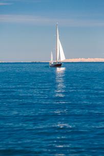 Sweden, Pouter Stockholm archipelago, Kapellskar, Man travelling by sailboat on seaの写真素材 [FYI02202699]