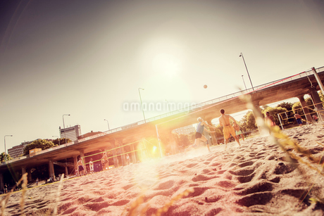 Sweden, Stockholm, Kungsholmen, People on beach playing volleyballの写真素材 [FYI02202789]