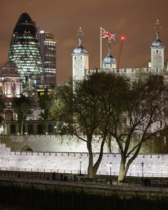 UK, England, London, Tower of London and illuminated downtown district City at nightの写真素材 [FYI02202849]