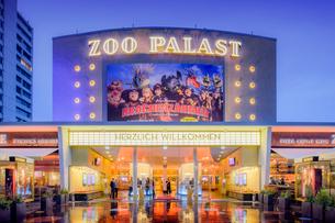 Germany, Berlin, Kurfurstendamm, Illuminated facade of Zoo Palast movie theaterの写真素材 [FYI02202855]