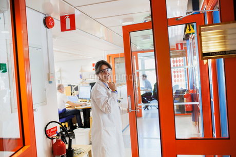Sweden, Woman in lab coat and protective eyewearの写真素材 [FYI02202864]