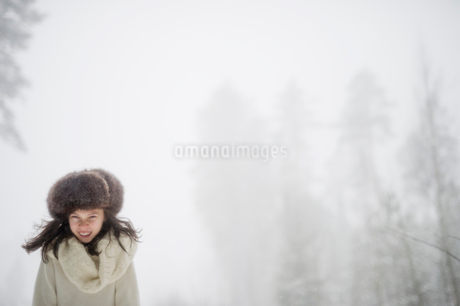 Sweden, Vastmanland, Bergslagen, Girl (8-9) in winter forestの写真素材 [FYI02202873]