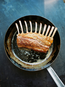 Sweden, Rack of lamb fryingの写真素材 [FYI02202966]