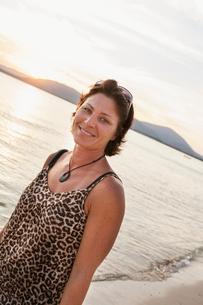 Italy, Sardinia, Alghero, Portrait of woman against sea at sunsetの写真素材 [FYI02202981]