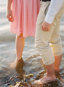 Sweden, Bohuslan, Fjallbacka, Couple standing barefoot in waterの写真素材 [FYI02203019]