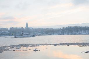 Sweden, Stockholm, Winter scene with passenger craft in Riddarfjarden bayの写真素材 [FYI02203037]