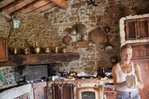 Italy, Tuscany, Woman preparing pizza doughの写真素材 [FYI02203038]