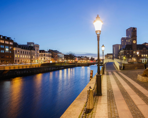 Sweden, Skane, Malmo, Waterfront cityscape at duskの写真素材 [FYI02203073]
