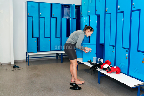 Sweden, Female boxer in locker roomの写真素材 [FYI02203085]