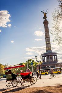Germany, Berlin, Tiergarten, Victory Column and tourist tricyclesの写真素材 [FYI02203120]
