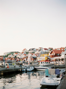 Sweden, Bohuslan, Fjallbacka, Marina with houses on hill in backgroundの写真素材 [FYI02203126]