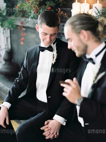 Sweden, Married couple holding handsの写真素材 [FYI02203142]