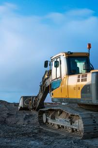 Finland, Pohjanmaa, Pietarsaari, Yellow bulldozer in quarryの写真素材 [FYI02203185]