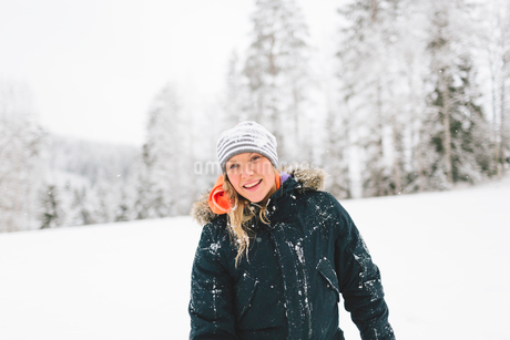 Finland, Jyvaskyla, Saakoski, Portrait of young woman wearing winter coatの写真素材 [FYI02203191]