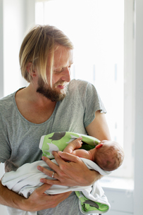 Sweden, Father holding newborn son (0-1 months)の写真素材 [FYI02203209]