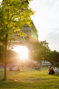 France, Ile-de-France, Paris, People in park by Eiffel Tower at sunsetの写真素材 [FYI02203218]