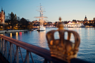 Sweden, Stockholm, Bay and old town at duskの写真素材 [FYI02203232]