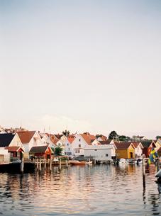 Sweden, Bohuslan, Fjallbacka, Houses along coast under clear skyの写真素材 [FYI02203235]