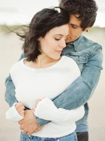 Spain, Valencia, Man embracing girlfriendの写真素材 [FYI02203288]