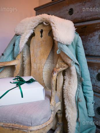 Sweden, Christmas present on chairの写真素材 [FYI02203309]