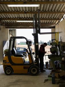France, Man working in workshopの写真素材 [FYI02203342]