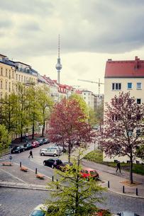 Germany, Berlin, Prenzlauer Berg, Elevated view of residential streetの写真素材 [FYI02203352]