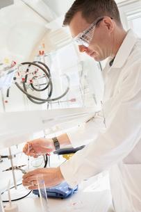 Sweden, Scientist working in labの写真素材 [FYI02203363]